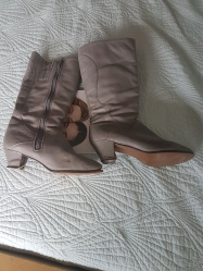 ITEM Grey heeled boots SIZE 6.5 DESIGNER unknown MATERIAL Leather CONDITION Fair (need repairs)